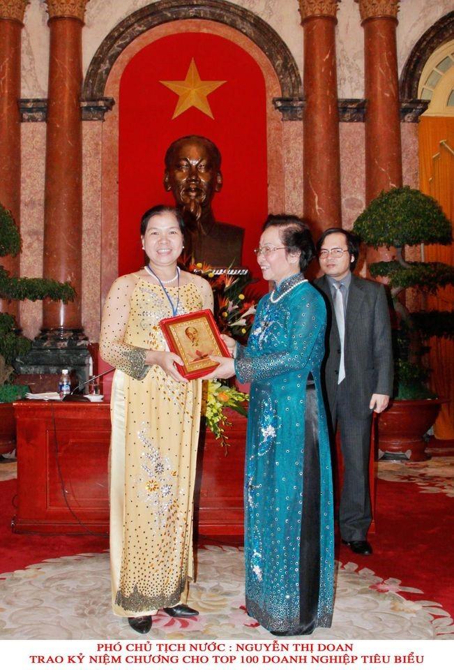 Phó chủ tịch nước trao tặng bằng khen