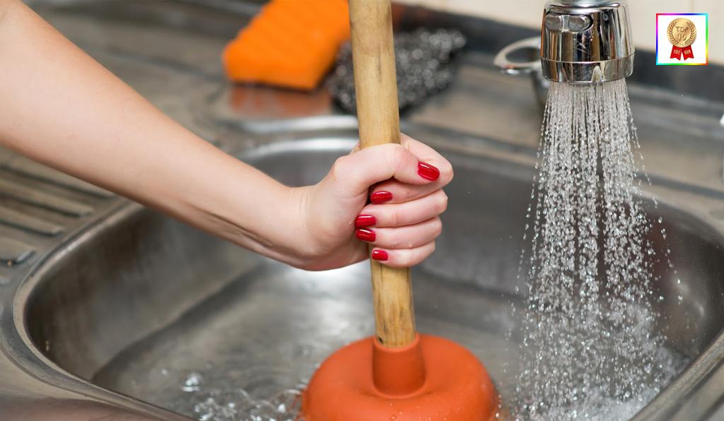 Sử dụng ống thụt để thông tắc bồn rửa